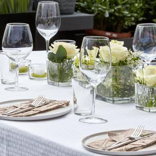 Tischdekoration in weiß-creme